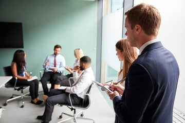 Tous les participants ne sont pas nécessairement des candidats. En effet, les recruteurs peuvent jouer un rôle pour mieux orienter le scénario.