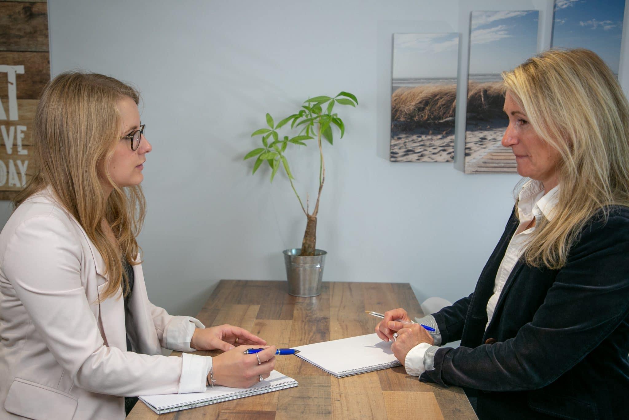 L'assessment ne remplace pas à proprement parler les entretiens de recrutement et d'évaluation professionnelle classiques : il les complète et les rend plus fiables.