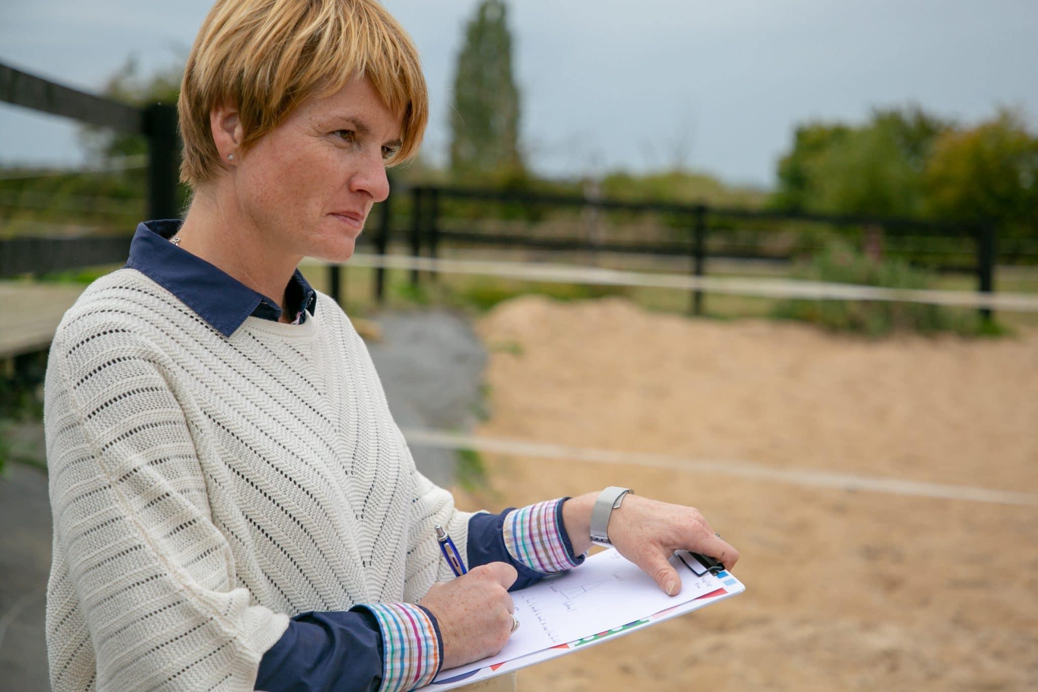 Les séances d'équicoaching sont animées et encadrées par un professionnel spécialisé. Son rôle est de mettre en lumière le comportement du cheval pour favoriser les comportements aidants du participant.