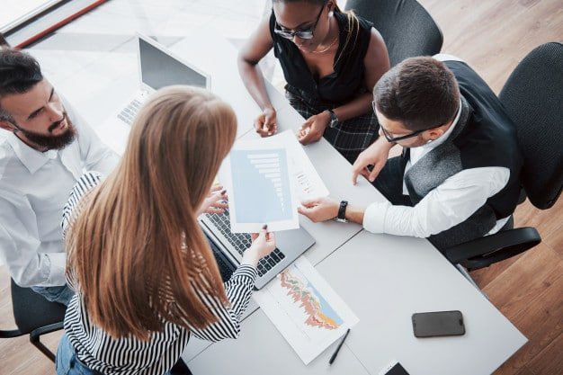 En effet, si le programme d'une formation inter entreprise peut sembler de prime abord plus générique et moins personnalisé, il répond généralement à des besoins essentiels en matière de montée en compétence.